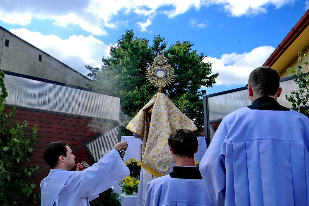 Úcta k Eucharistii!